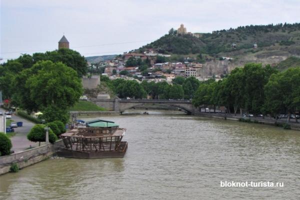 Тбилиси: вид с моста мира на реку Кура