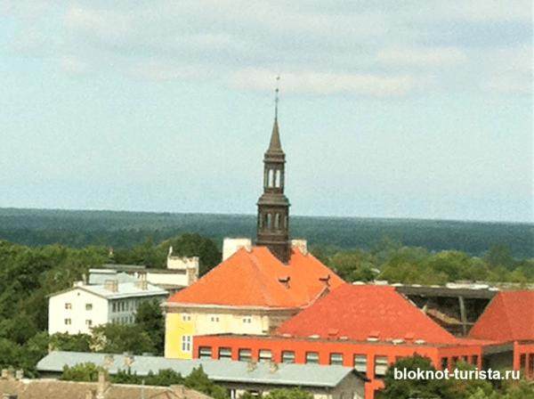 Вид на Нарвскую Ратушу со смотровой площадки замка