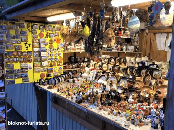 Сувенирные лавочки  на улицах Юрмалы