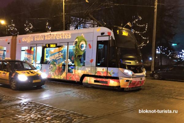 Трамвайчик в районе Старого города Риги