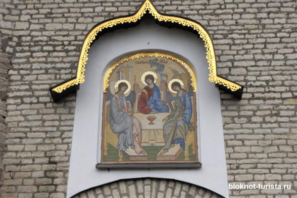 Икона Святой Троицы на воротах псковского Кремля