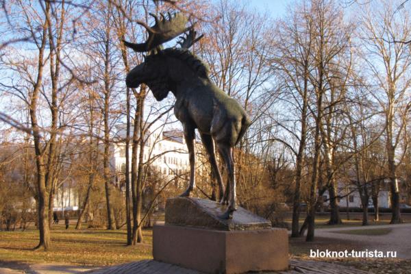 """Скульптура """"Лось"""" в городском парке Выборга"""