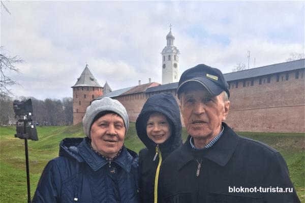 Около стен Кремля в Великом Новгороде