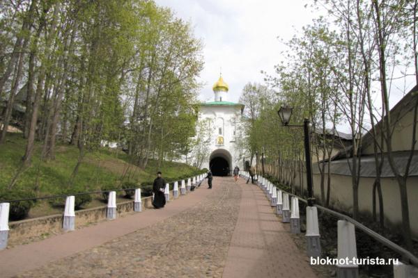 Петровская надвратная башня в Печорском монастыре Псков