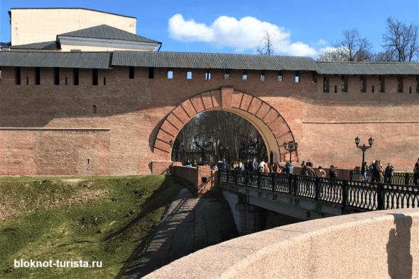 Вход в Детинец со стороный Кремлевского парка (Новгород Великий)