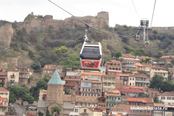 Вид на Старый Тбилиси с канатной дороги
