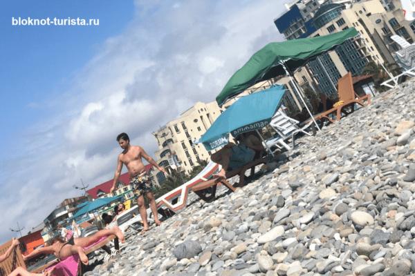 Галечный пляж в Батуми (Грузия)