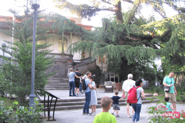Зеленый сквре на простпекте Руставели в Тбилиси