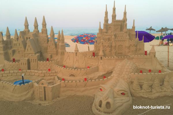 Дворец из песка на пляже в Кала-Миллор