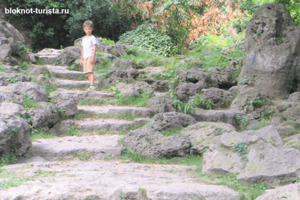Каменные лестницы в Приморском парке Варны