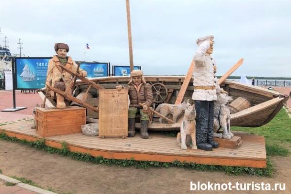 Скульптура памяти экспедиции Седова на набережной Архангельска