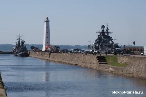 Деревянный маяк на пристани Кронштадта