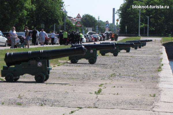 Пушки на набережной Кронштадта