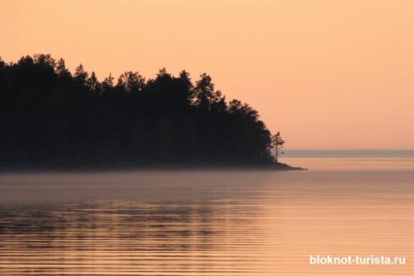 Закат на Онежском озере в Республике Карелия